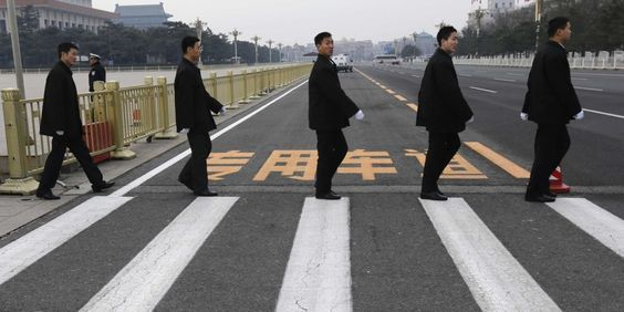 Des membres de services de sécurité sur la place Tienanmen, le 14 mars. | REUTERS/KIM KYUNG-HOON
