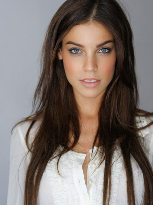 A coral orange pink blush to contrast blue eyes and thin black eyeliner in the waterline to make the colors pop. Love!