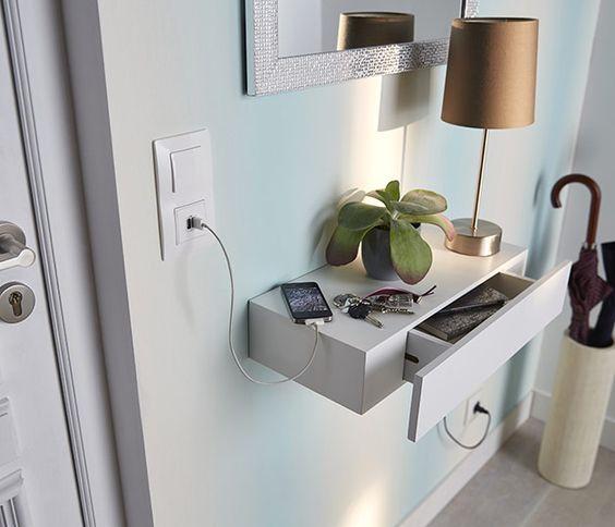 En plus d'être esthétique, cette tablette à accrocher sur le mur dans l'entrée est très utile ! Equipée d'un tiroir, elle accueille petits objets et clés... Et évite les crises de panique le matin faute de les retrouver ! http://www.castorama.fr/store/pages/zoom-sur_rangement_tablette_entree.html