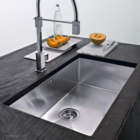 Fregadero FLAT-IRON MU líneas rectas para una cocina de estilo modero.