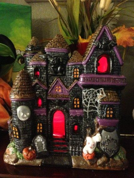 Ceramics haunted houses and hands on pinterest for Decoration maison halloween