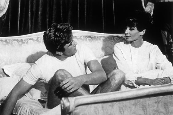 Audrey Hepburn compartiendo cama con el actor Albert Finney en la película Two for the Road (Stanley Donen, 1967).