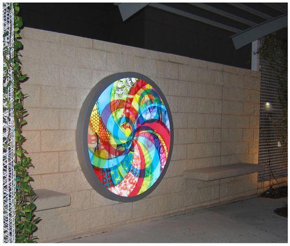 Alucinantes mandalas hechos a partir del reciclaje de bolsas plásticas de la artista Virginia Fleck. Esta fotografía es de una instalación. Para ver su trabajo visiten http://virginiafleck.com/