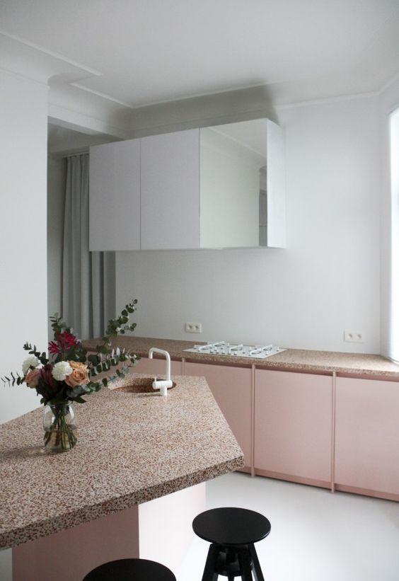 Pastellrosa: Küche mit rosafarbenen Schrankfronten.: