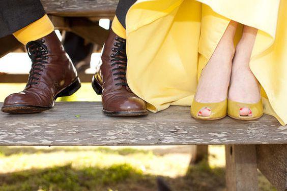 Novia con zapatos y vestido amarillos.
