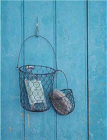 <3: Diy Ideas, Baskets Containers, Metal Baskets, Outdoor Shower, Baskets Holding, Alambre Metal, Outdoor Bath, Metallic Baskets