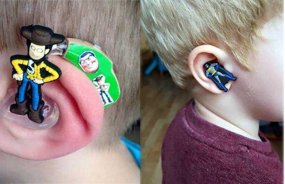 Uma mãe transformou um problema em negócio.Sarah Ivermee, de Cheltenham, no Reino Unido, tem um menino com deficiência auditiva. Ao ver que crianças com surdez sofriam um certo desconforto e constrangimento por usarem aparelhos auditivos, ela resolveu deixar os dispositivos mais divertidos e alegres.