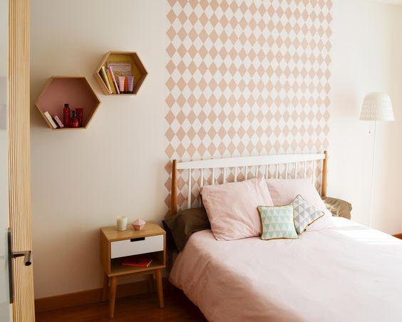 Chambre, papier peint géométrique, losanges, tête de lit ...