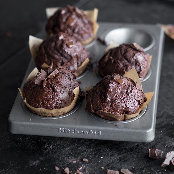 Die riesigen Schokoladenmuffins sind unendlich saftig und mit einer doppelten Dröhnung aus Kakao und extragroßen Schokosplitter ein Traum für jeden Schokoholic. - https://www.springlane.de/magazin/rezeptideen/doppel-schokomuffins/?utm_source=Facebook&utm_medium=Post