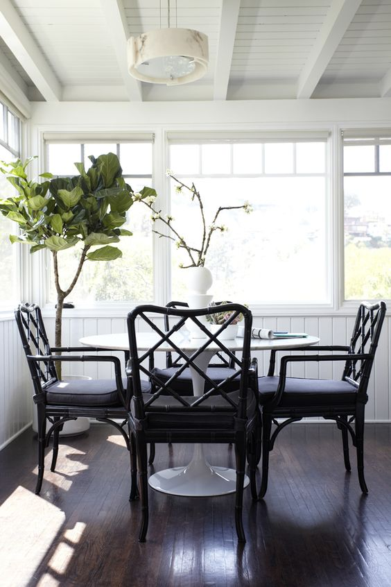 Saarinen tulip table + black Chippendale chairs. Why oh why did I sell my Chippendale dining set?!?: