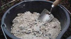 Saviez-vous que la cendre de bois a de nombreuses utilisations, toutes aussi surprenantes les unes que les autres ? Ne la jetez surtout pas, car la cendre de bois peut vous simplifier la vie et vou...