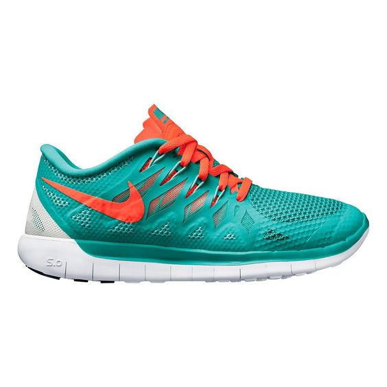 Set your strides free with the running shoe that maximizes your foots natural range of motion without sacrificing cushioning or support, the Womens Nike Free 5