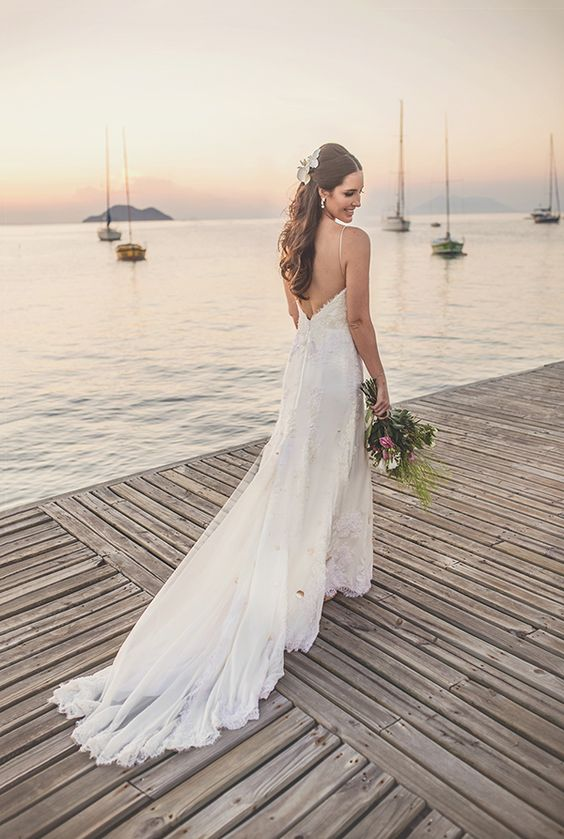 Vestido de noiva de renda com decote nas costas - casamento na praia ( Vestido: Maria Mendes | Foto: Laura Campanhella ):