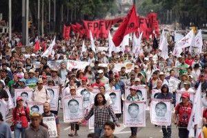 Los padres de los 43 normalistas de Ayotzinapa, desaparecidos en Iguala, Guerrero, a manos de policías municipales,exigieron la presentación con vida de sus hijos durante un mitin frente al Palacio de Bellas Artes, donde aseguraron que a nueve meses continúan de pie, y advirtieron al Presidente de México Enrique Peña Nieto que seguirán siendo […]