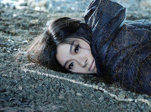 地面に横になっている篠原涼子