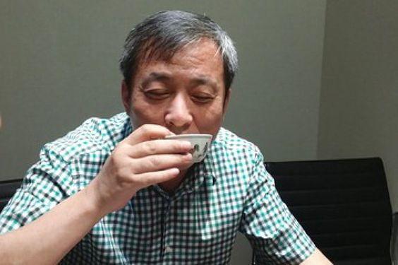 Liu Yiqian ha acquistato all'asta una piccola tazza di porcellana della dinastia Ming con dei galletti dipinti, alla modica cifra di 36 milioni di dollari (circa 27 milioni di euro). Il collezionista d'arte cinese di Shangai ha comprato la preziosa opera d'arte da Sotheby's. Non appena entrato in po