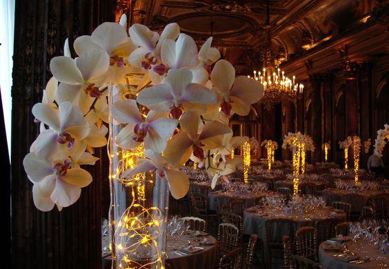 Centre de table lumineux et floral vase conique avec for Decoration florale table