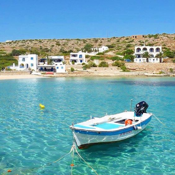 Stunning & magical color of the sea , at Heraklia island (Ηρακλειά) . Very graphical natural landscape away from mass tourism , perfect for your relaxed summer vacation ☀️. A tiny beautiful island part of the small Cyclades islands .