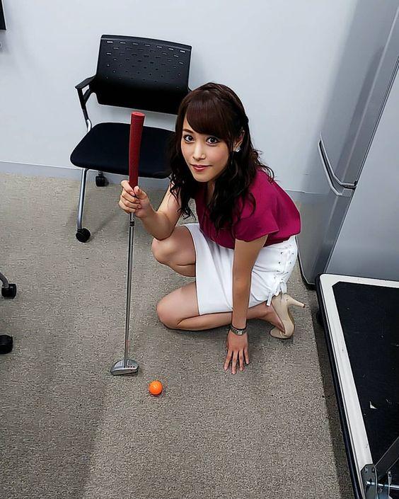 鷲見玲奈のゴルフを練習する画像