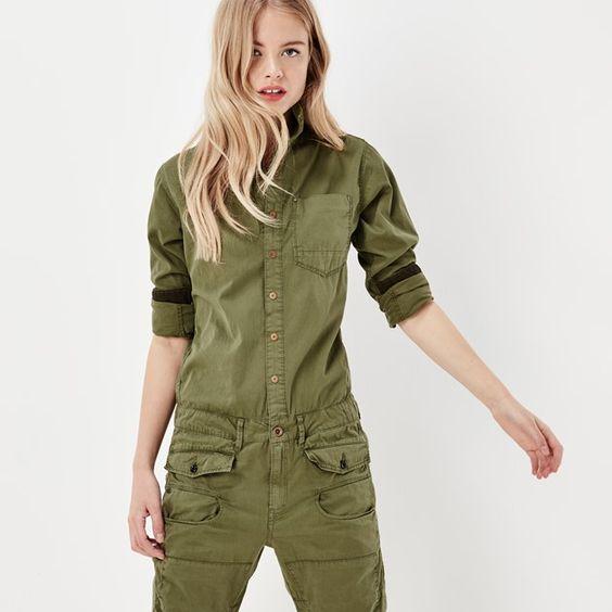 Met zijn militaire stijl en moderne snit is deze mosgroene overall geknipt voor de betonnen jungle.