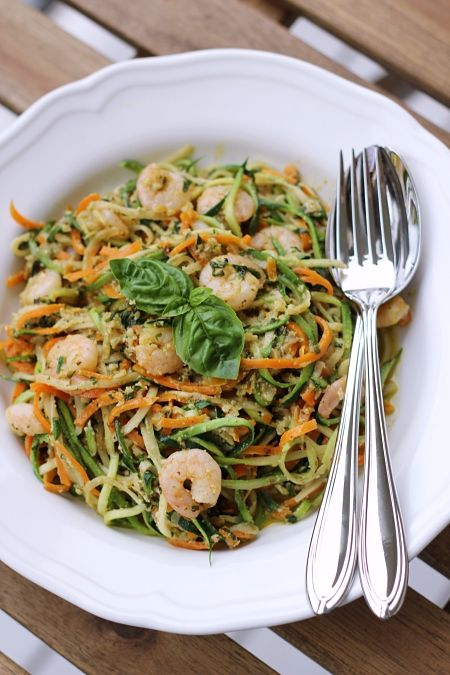 Möhren-Zucchini-Spaghetti mit Basilikum-Walnuss-Pesto und Shrimps