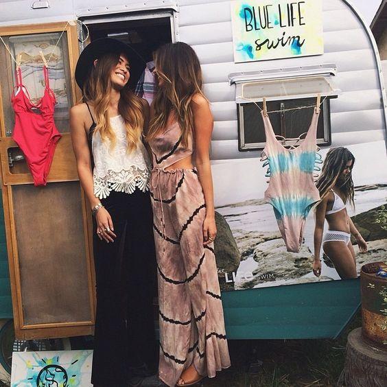 Vestido largo en color maquillaje de estilo hippie para bodas veraniegas.