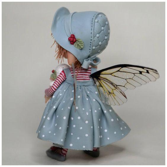 Ces petites fille est en Fimo et prosculpt aucune moisissure ou autres formes sont utilisées. Elle mesure 7 cm de haut jambe Elle a une lanterne à la main, qui est fabriquée à partir de Fimo « brille dans les ténèbres » Si cest sombre cette petite lanterne à la main donne un peu de lumière Il se trouve sans aide, mais a une petite base en argile polymère avec des aimants qui clique sur ses pieds pour une plus grande stabilité Le...  #fairies  #fairy  #Fée
