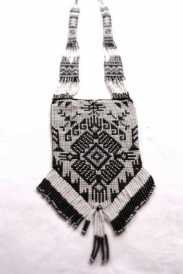 Collar tejido en blanco y negro. Collar hilo trenzado aptan, Chaquiras, mostacillas, canutillos. Tejido en telar. Tejido manual.