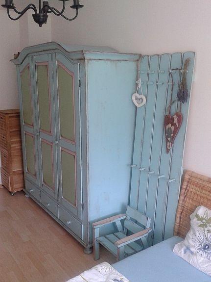 Bild 1: Vollholzschrank handbemalt Kleiderablage Sessel SHABBY Landhausstil