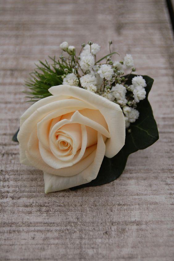 Corsage met crème witte roos, wit gipskruid. www.meesterlijkgroen.nl