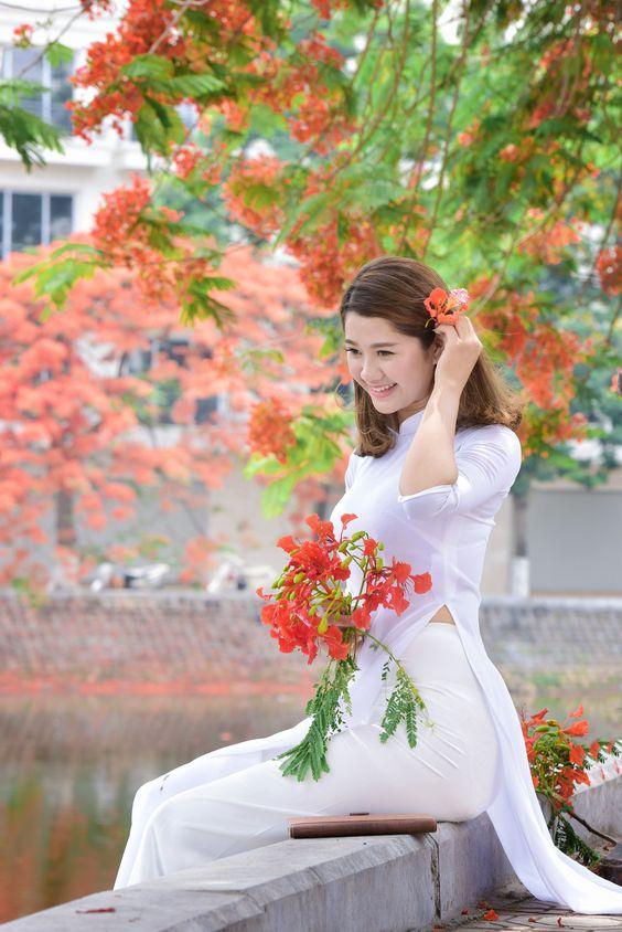 (Dân trí) - Các cô gái Hà Nội hồn nhiên, mơ màng trong tà áo dài trắng tinh khôi, trở về những phút giây học trò tươi đẹp, đáng nhớ bên màu đỏ thắm thương yêu của phượng hè.