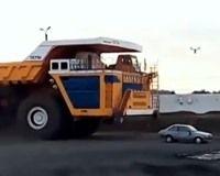 Deze BelAZ 75710 dump truck is geen partij voor deze personenauto.