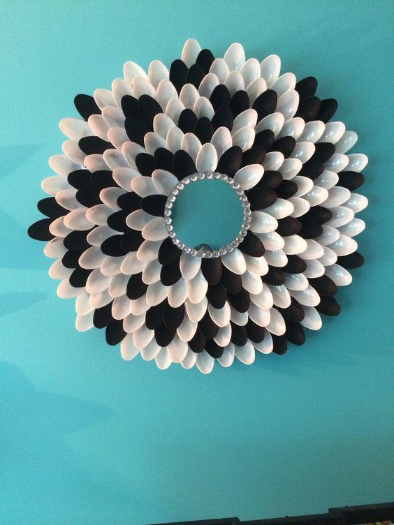 Diy spoon mirror how cute is that helpful creative for Plastic spoon flower mirror