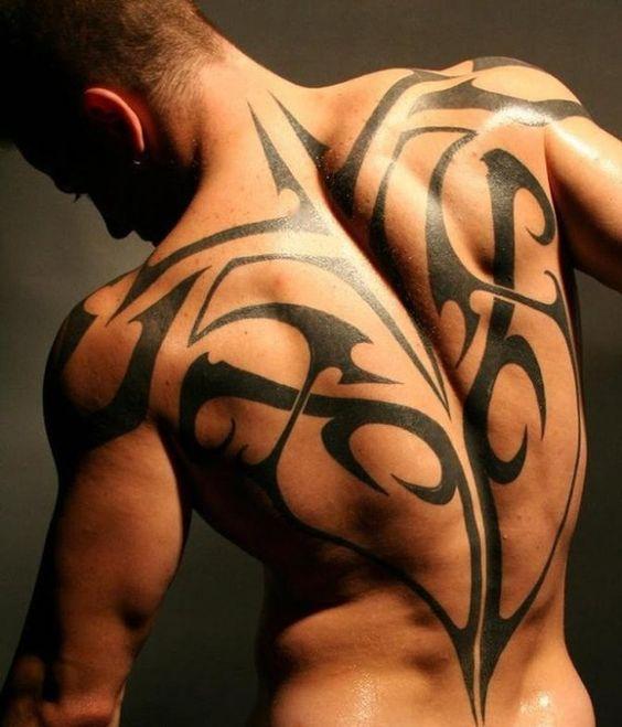 tattoos-für-männer-persönlichkeit-ausdrücken-viele-motive-tribals-ganzen-rücken