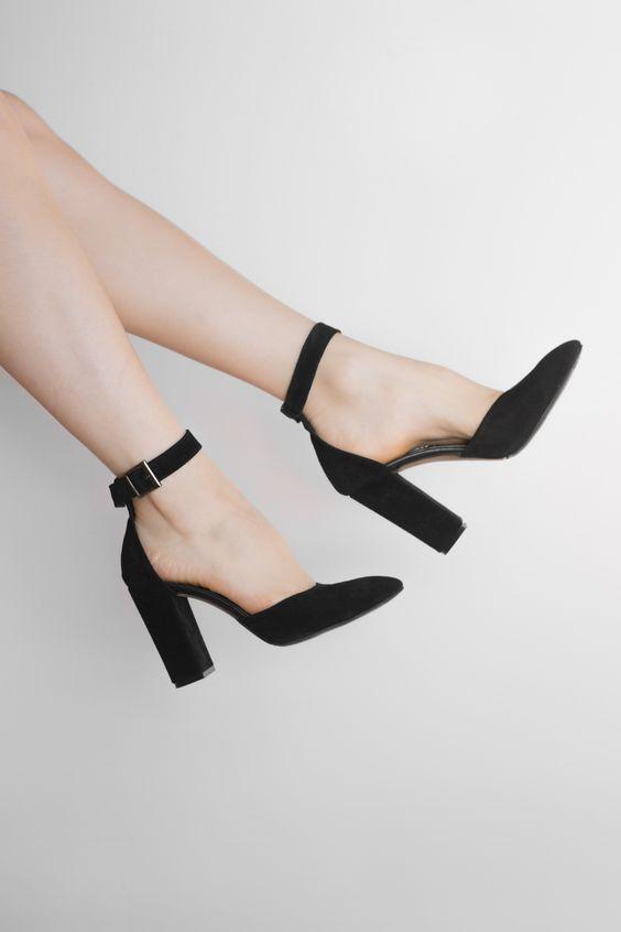 Женские замшевые открытые черные туфли натуральная замша закрытые босоножки на каблуке. Размеры в наличии: 36,37,40. Цена: 999грн, 36$. Натуральная замша снаружи и натуральная кожа внутри. Отправка в день заказа. ВОЗВРАТ и ОБМЕН ЕСТЬ! Наложенный платеж есть! У нас можно изменить полноту, материал и цвет босоножек;) Закрытые босоножки на устойчивом каблуке для работы и на выход!