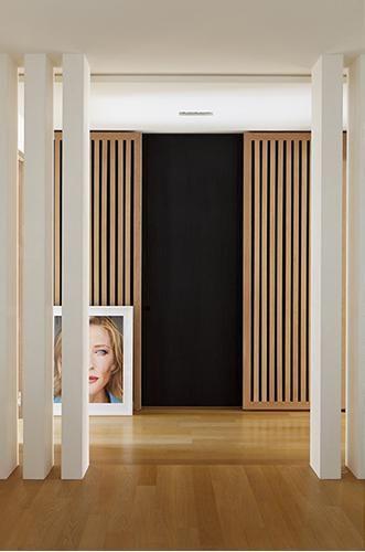 double perspective : colombages en bois et colonnes