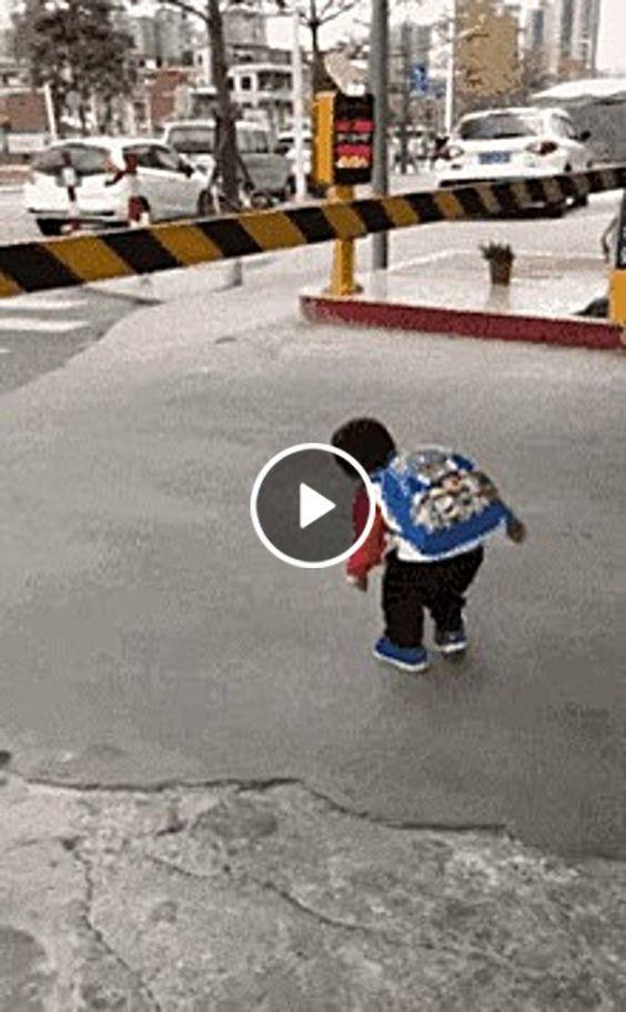 o menininho atravessa com todo cuidado