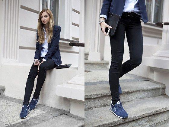 pantalon negro, saco azul, blusa blanca y tenis azules