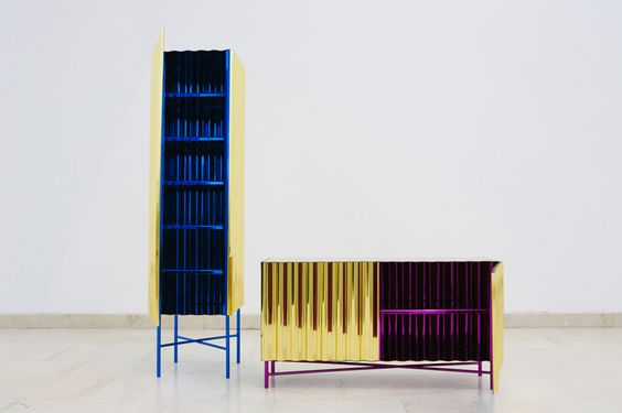 """""""Fools Gold"""" une collection de meubles en tôle ondulée recouverte d'or…"""