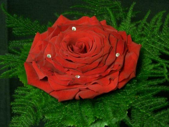 Groot rode roos boeket voor een bruid. Gemaakt van 1 roos met daaromheen rozenblaadjes