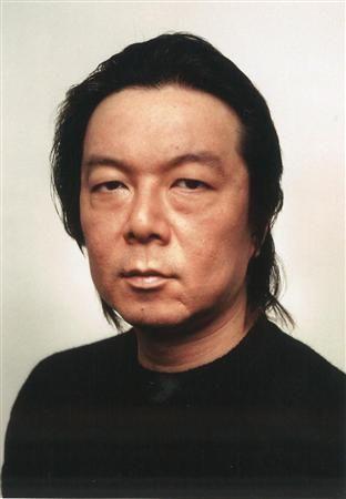 黒いシャツを着ているオールバックの古田新太の画像