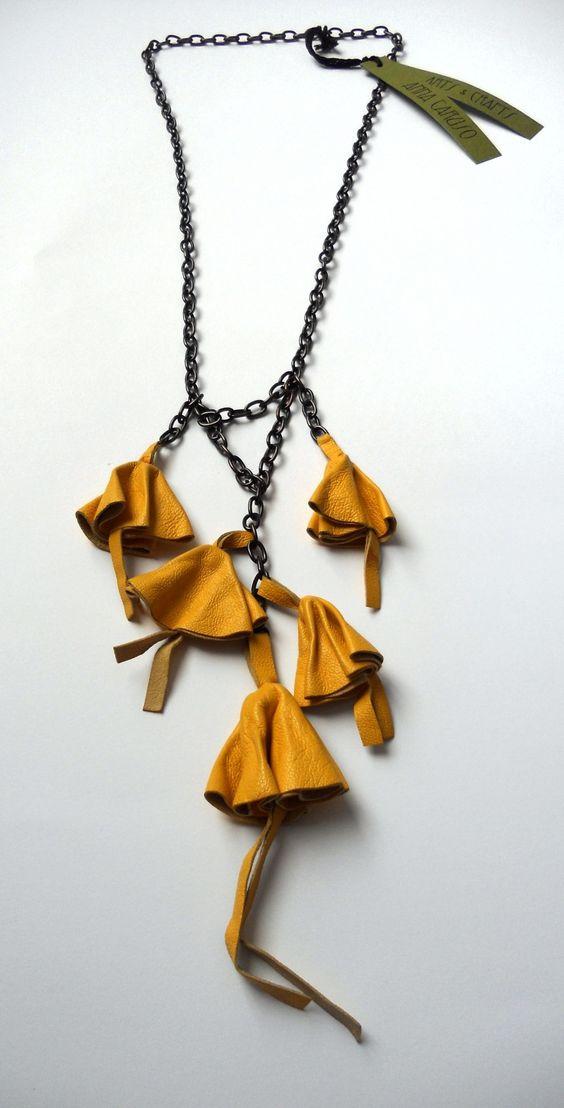 Collana con campanule di pelle gialla e catena metallica. : Collane di annacaruso
