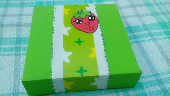 cajita hecha a mano con cartulina y decorada a mi gusto <3