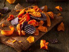 Frittierte Gemüsechips mit Dip