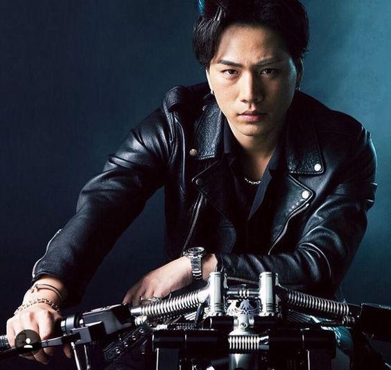 バイクにまたがる登坂広臣
