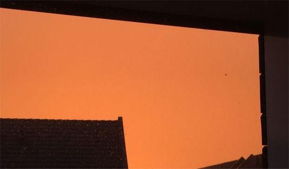 Apocalyptische beelden: hemel kleurt fel oranje