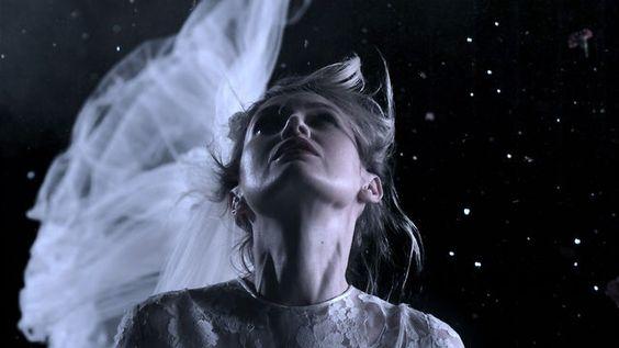 The Naked and Famous - No Way. Outro clipe lindo, casamento dramático em slow-motion, poético. (25/11)