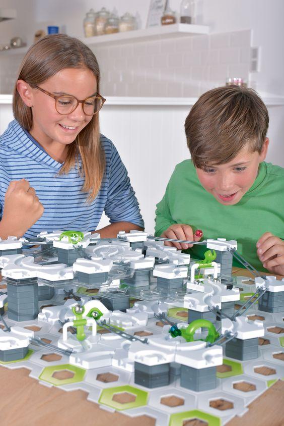 Kinder spielen GraviTrax Kugelbahn System von Ravensburger
