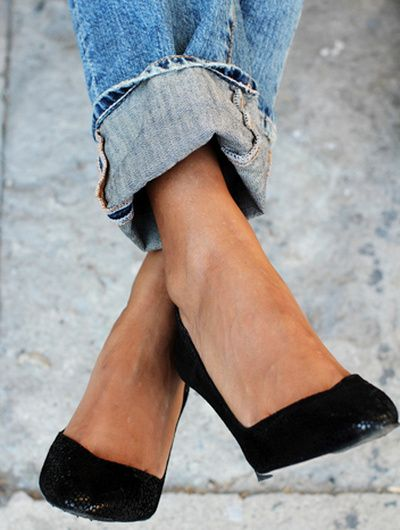 Jean large roulotté sur la cheville + escarpins noirs = le bon mix (photo Sincerely Jules)
