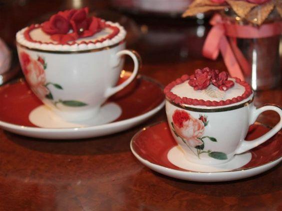 Que tal servir o minibolo na xícara? A ideia pode seradaptada para o chá de cozinha! Os minibolos da foto são do Atelier Mariza Doces